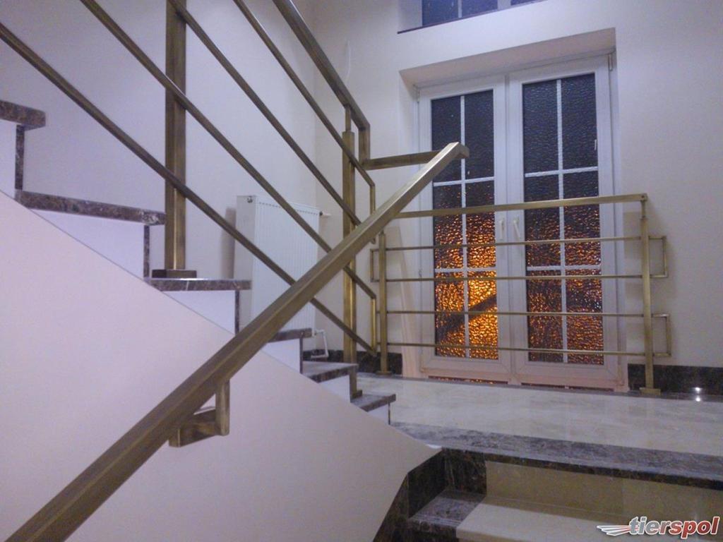czy-schody-ze-szklanymi-balustradami-dobrze-zdobia-nasze-budynki-img